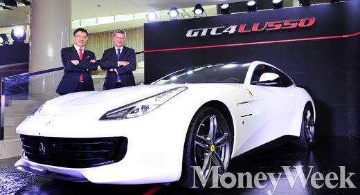 ▲(왼쪽부터) FMK 김광철 대표이사, 페라리 극종 및 중동지역 CEO 디터 넥텔