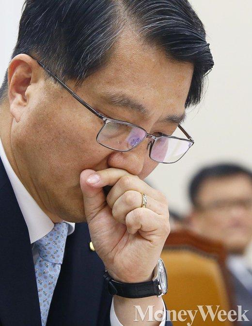 [MW사진] 국회 정무위, 생각에 잠긴 진웅섭 금감원장