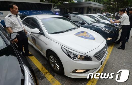암행 순찰차. 오늘(30일) 오후 서울 서대문 경찰청에서 경찰 관계자들이 검은색과 은색, 흰색, 진회색, 진청색 등 5가지 색으로 도색된 암행순찰차를 선보이고 있다. /사진=뉴스1