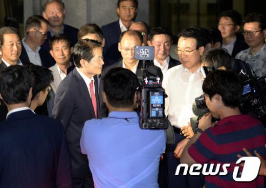 김병원 회장(카메라 왼쪽)이 검찰조사를 마친 뒤 지지자들과 인사를 나누고 있다. /사진=뉴스1