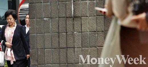 [MW사진] 롯데총수일가 검찰 첫 소환, 검찰 출석하는 신영자 이사장