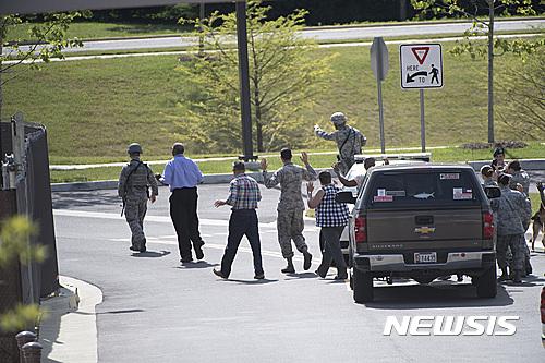공군. 지난 30일 미국 워싱턴DC 외곽 앤드루스 공군기지에서 군인들이 기지 내 의료시설에 있던 사람들을 다른 곳으로 이끌고 있다. /사진=뉴시스(AP통신 제공)