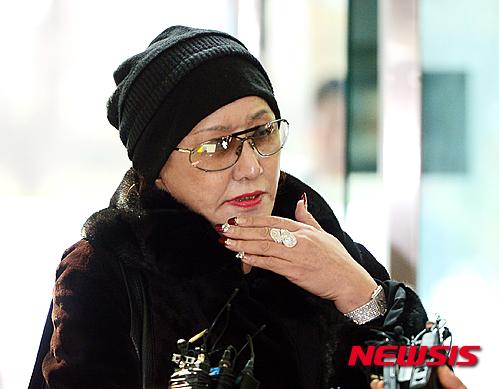 린다 김씨가 지난 2월 인천 중부경찰서에 피고소인 신분으로 조사를 받으러 와 취재진 질문에 답하고 있다. /사진=뉴시스
