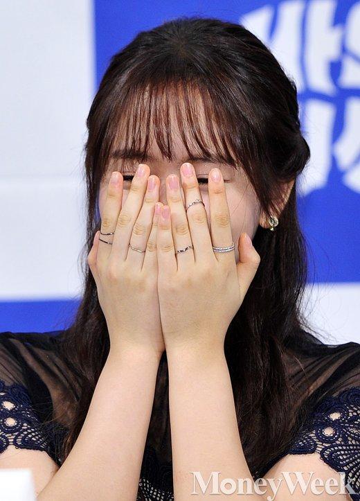 [MW사진] 김소현, '웃음 참기 너무 힘드네'
