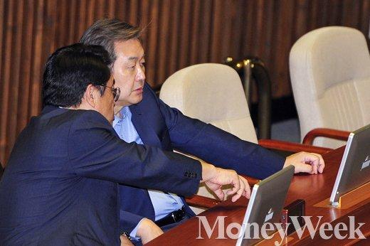 [MW사진] 국회 대정부질문, 심각한 표정의 김무성-정진석'