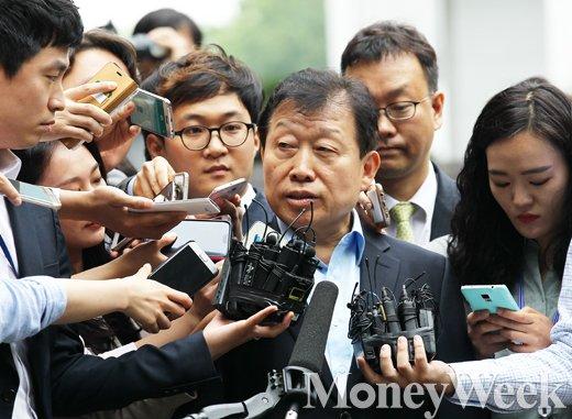 [MW사진] 취재진 바라보는 전 고재호 대우조선 사장