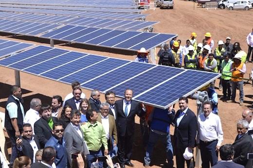 지난 4월 멕시코 치와와 주에서 OCI가 건설 중인 13.6MW 태양광발전소의 '모듈 설치식'이 열리고 있다. /사진=OCI