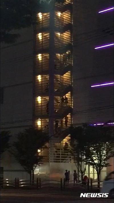 울산 지진. 지난 5일 오후 8시 33분쯤 울산시 인근 해역에서 규모 5.0의 지진이 발생한 가운데 울산 남구 삼산동 한 영화관에서 시민들이 비상계단으로 대피하고 있다. /사진=뉴시스(시민 제공)
