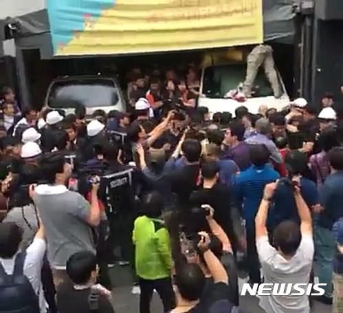리쌍 건물에서 오늘(7일) 강제집행이 실시되고 있다. /사진=뉴시스(시민 제공)