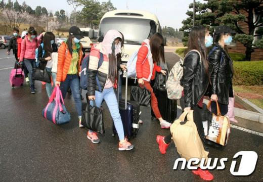 탈북민 증가. 중국내 북한식당에서 일하다 탈북한 여종업원 12명이 지난 4월7일 인천공항을 통해 입국한 후 모처에 도착해 숙소로 걸어들어가고 있다. /자료사진=뉴스1