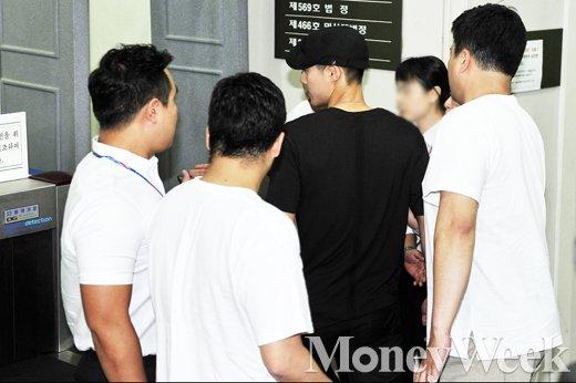 [MW사진] 전 여친과의 법적갈등 김현중, '철통 경호받으며 법원 출석'