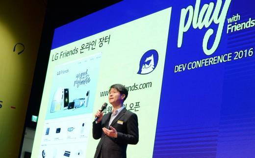 지난 3월 'G5와 프렌즈 개발자 콘퍼런스'에서 LG전자 MC사업본부장 조준호 사장이 인사를 하고 있다. /사진=LG전자