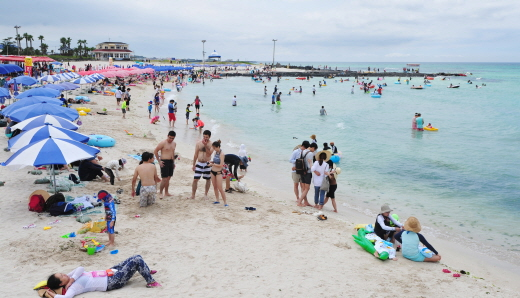 관광객들이 제주시 협재해수육장에서 물놀이를 즐기며 즐거운 시간을 보내고 있다. /사진=제주 뉴스1 이석형 기자