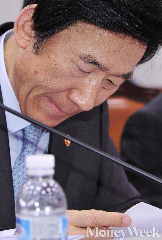 [MW사진] 입술 마르는 윤병세 외교부 장관