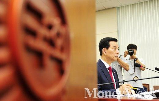 [MW사진] 중-러 사드 배치 반발, 질의 듣는 한민구 장관