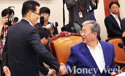 [MW사진] 국회 교문위 방문한 박지원, '유 위원장 수고 많아요'