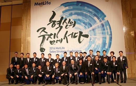 지난11일 밀레니엄 서울 힐튼호텔에서 개최된 '2016 메트라이프생명 영업전략회의'에 참가한 29개 사업단 단장들이 기념사진을 촬영하고 있다. /사진=메트라이프생명