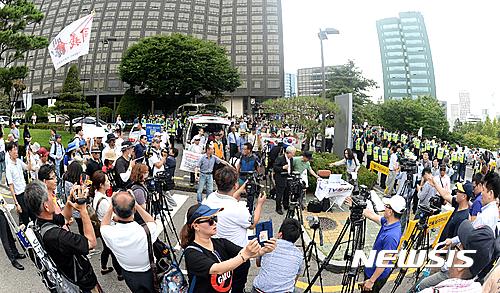 일본 자위대 창설 62주년 기념행사가 열리는 12일 오후 서울 한 호텔 앞에서 행사에 반대하는 집회가 열리고 있다. /사진=뉴시스