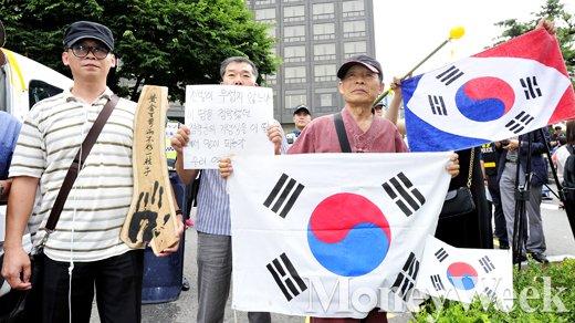 [MW사진] 태극기 들고 자위대 기념행사 반대 시위