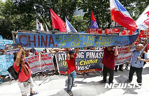 남중국해 판결. 12일 필리핀 마닐라 중국 영사관 앞에서 필리핀 국민들이 중국의 남중국해 영유권 침범 항의 시위를 벌이고 있다. /자료사진=뉴시스