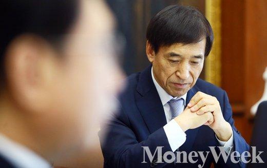 [MW사진] 금통위 본회의, 생각에 잠긴 한국은행 수장