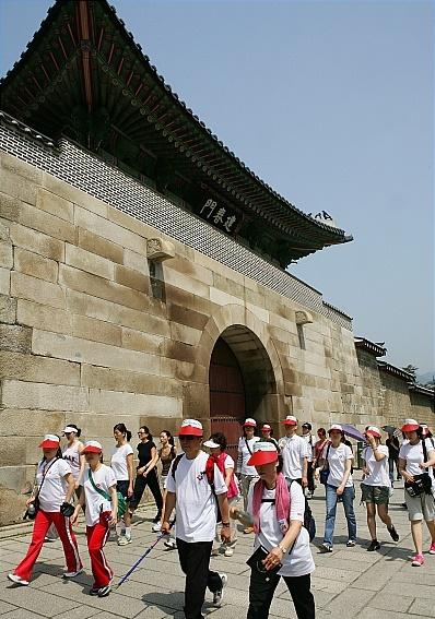 고궁의 길 복원. 2007년 '고궁길따라 거니는 문화체험' 행사에 참석한 시민들이 밝은 모습으로 경복궁 돌담을 걷고 있다. /자료사진=뉴시스