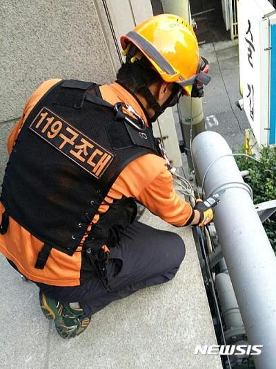 부산 가스 냄새. 가스배관 확인하는 119 구조대원. /사진=뉴시스