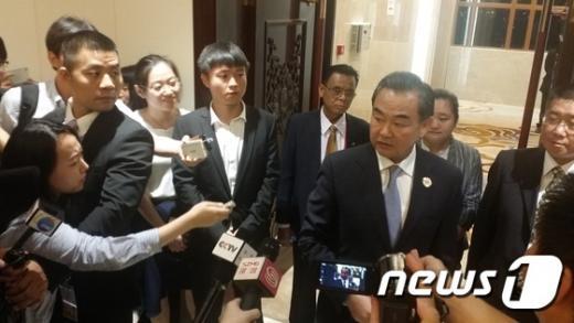 왕이 중국 외교부장(오른쪽 질문받는 이)이 지난 24일 한중 양자회담에서 취재진의 질의에 답하고 있다. /사진=뉴스1