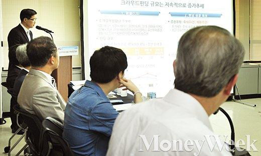 [MW사진] 크라우드펀딩 성과보고 듣는 임종룡 금융위원장