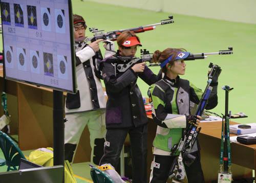 브라질 리우데자네이루 데오도로에 위치한 올림픽 슈팅센터에서 사격 김은혜(IBK기업은행)가 훈련 전 소총점검을 하고 있다. /사진=뉴스1 이동원 기자