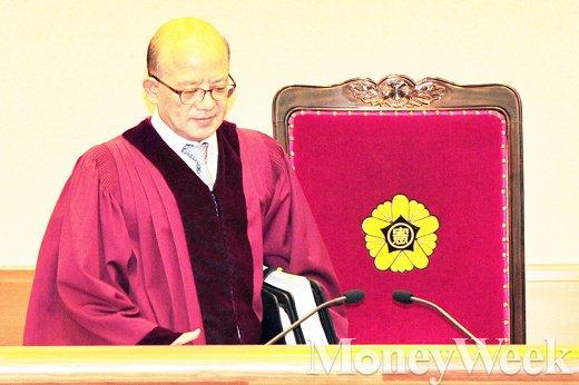 [MW사진] 김영란법 관련 재판장에 입장하는 박한철 헌법재판소장