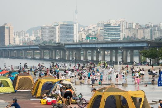 전국 대부분 지역에 폭염특보가 내린 지닌달 31일 서울 여의도 물빛광장을 찾은 시민들이 물놀이를 즐기며 더위를 식히고 있다. / 사진=서울 뉴스1 유승관 기자