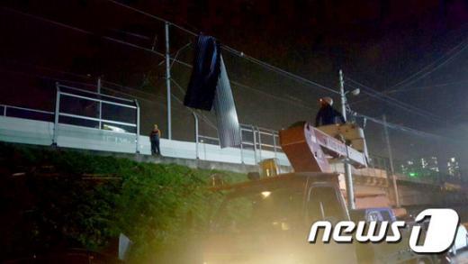 경춘선 사고. 지난 1일 인근 연립주택 함석지붕이 경춘선 고압선에 걸려 운행이 중단되는 사고가 있었다. /사진=뉴스1