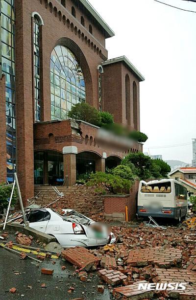 부산 동래구 벼락맞은 교회. 지난 1일 오후 부산 동래구의 한 교회가 낙뢰를 맞고 외벽이 붕괴됐다. /사진=뉴시스(동래경찰서 제공)