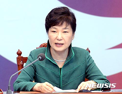박근혜 대통령이 오늘(2일) 오전 청와대에서 열린 영상 국무회의에 참석했다. /사진=뉴시스