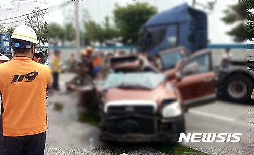 감만동 교통사고. 오늘(2일) 낮 12시26분쯤 부산 남구 감만동의 한 주유소 앞 도로에서 싼타페 차량이 도로변에 주차된 트레일러를 추돌해 일가족 4명이 사망했다. /사진=뉴시스(남부경찰서 제공)