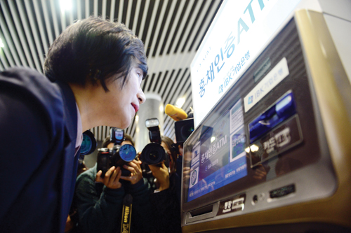 권선주 기업은행장이 본점 홍채인증 ATM에서 현금인출을 시연하고 있다. /사진=뉴시스 조성봉 기자