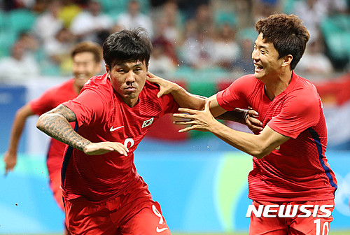 한국-독일 올림픽 축구 조별리그 경기에서 한국의 석현준(왼쪽)이 팀의 세 번째 골을 넣은 뒤 세레머니를 펼치고 있다. /사진=뉴시스