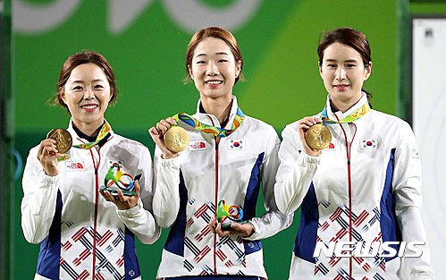 8일(한국시간) 브라질 리우데자네이루 삼보드로모 양궁 경기장에서 열린 2016 리우올림픽 여자양궁 단체전에서 금메달을 획득한 대표선수들이 기뻐하고 있다. 왼쪽부터 장혜진, 최미선, 기보배. /사진=뉴시스