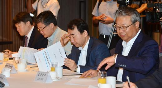 9일 오전 서울 서초구 팔래스호텔에서 열린 '수입규제 대응 간담회'에서 수출 관련 주요 업종단체 및 유관기관 대표들이 자료를 살피고 있다./사진=뉴스1DB