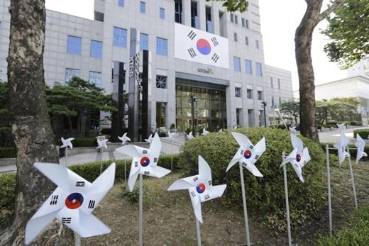 서울 강남구 영동대로에 위치한 KT&G 사옥 외벽에 설치된 대형 태극기와 건물 주변에 심어진 바람개비 태극기들의 모습. /사진=KT&G