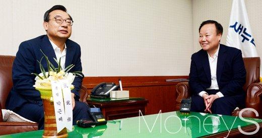 [머니S포토] 이정현 대표에 축하인사 전하는 김재원 청와대 정무수석