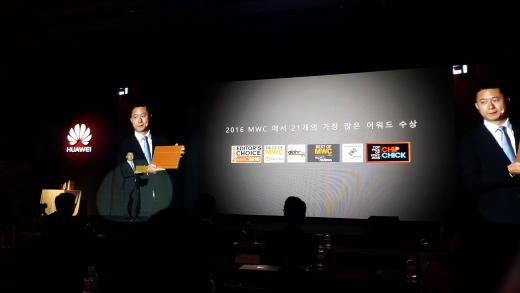 화웨이 '메이트북'을 선보이는 조니 라우 화웨이 컨슈머 비즈니스그룹 한국총괄. /사진=진현진 기자