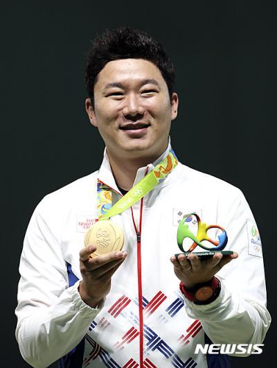 진종오가 11일(한국시간) 사격 올림픽 3연패를 달성한 뒤 금메달을 들어보이고 있다. /사진=뉴시스