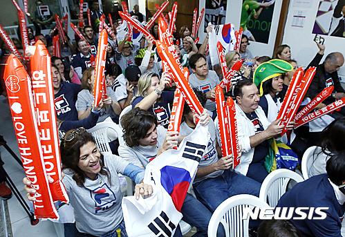 여자 핸드볼. 11일(한국시간) 브라질 리우데자네이루 휠라글로벌라운지에서 교민들과 리우 주민들이 리우올림픽 한국 여자 핸드볼팀을 응원하고 있다. /사진=뉴시스