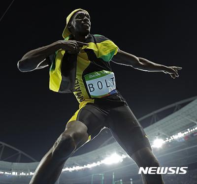 우사인 볼트 200m. 지난 15일 육상 100m 결승에서 금메달을 따낸 우사인 볼트가 특유의 자세를 취하고 있다. /사진=뉴시스(AP제공)