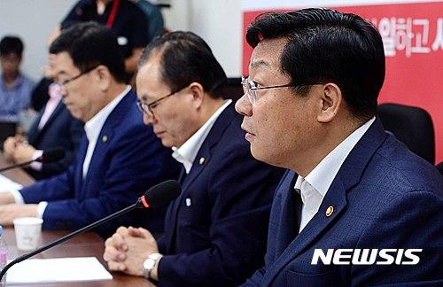 전기요금 폭탄. 주형환 산업자원통상부 장관(오른쪽)이 18일 서울 여의도 국회에서 열린 제1차 전기요금 당정 TF 회의에서 발언하고 있다. /사진=뉴시스