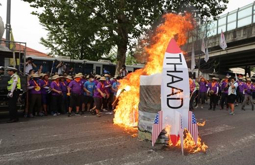 8.15반전평화대회추진위 등 시민단체 회원들이 지난 14일 오후 서울 전쟁기념관 앞에서 반전평화범국민대회를 마친 뒤 녹사평역 방향으로 행진하던 중 사드 상징 모형물을 불태우고 있다. /사진=뉴시스