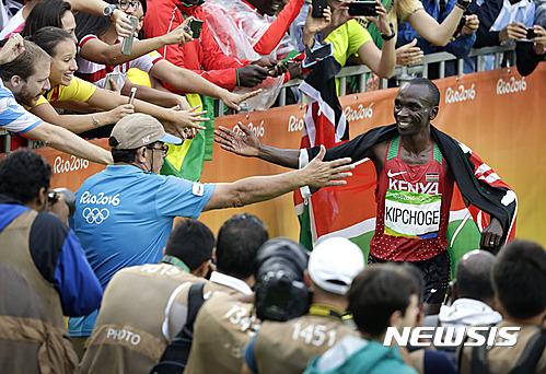 마라톤. 리우올림픽 남자 마라톤에서 케냐의 킵초게가 우승을 차지한 뒤 관중들과 기쁨을 나누고 있다. /사진=뉴시스(AP제공)