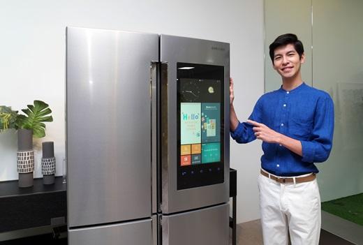 삼성전자 모델이 지난 21일 삼성전자 수원사업장 생활가전동 프리미엄하우스에서 '패밀리 허브' 신제품을 소개하고 있다. /사진=삼성전자